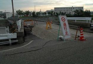 鵜川沿いの橋梁(大洲橋)の橋台部損傷